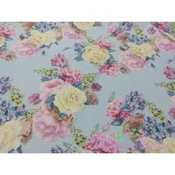 Tela de  algodón  estampado floral, fondo celeste